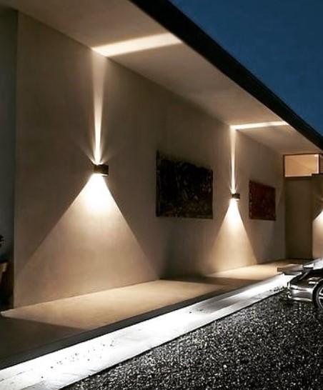 balcone illuminato con ghirlande di luce