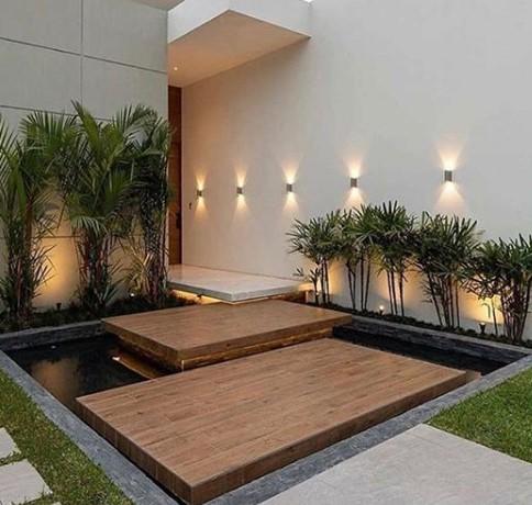 balcone illuminato con ghirlande di luci e lampade da terra