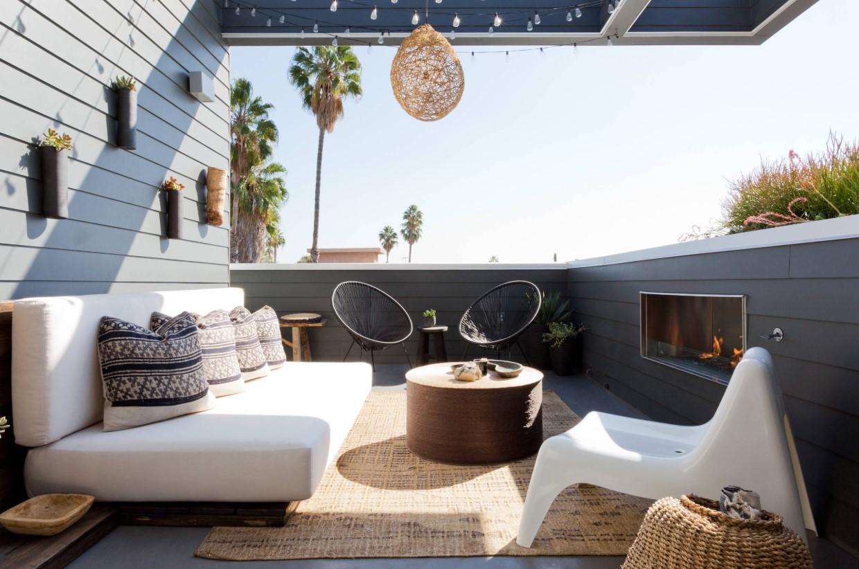 arredamento balcone grande con divani tavolino sedie