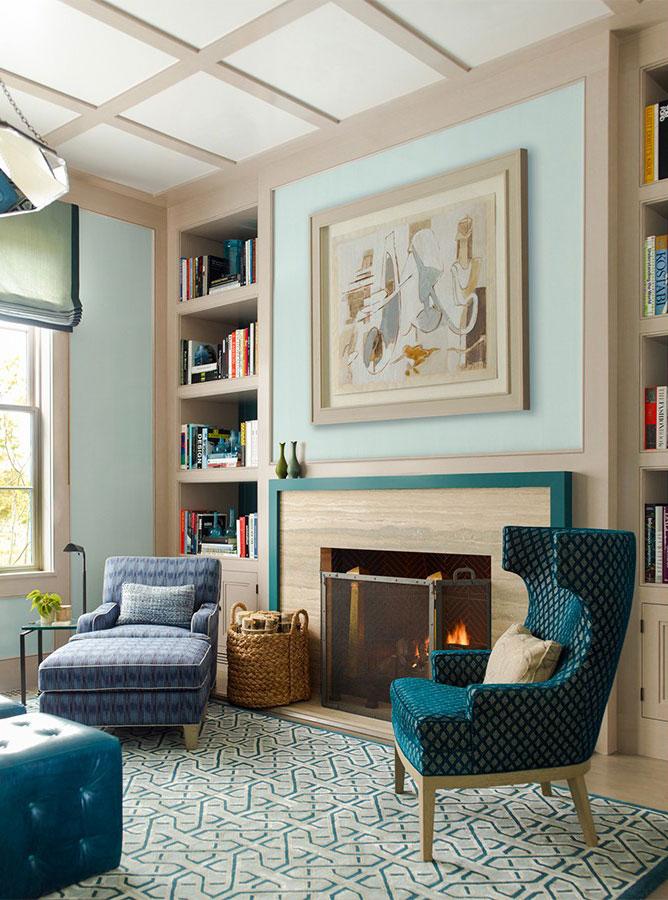 living room con camino arredato in stile americano
