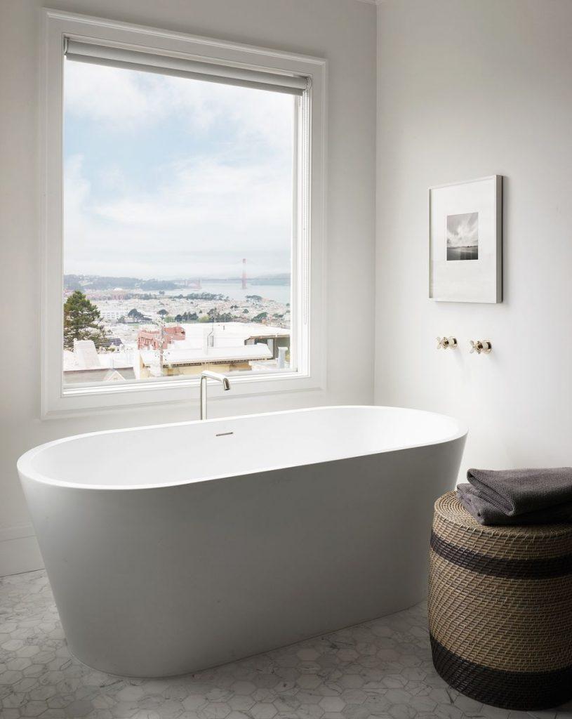 vasca bianca classica in bagno stile americano