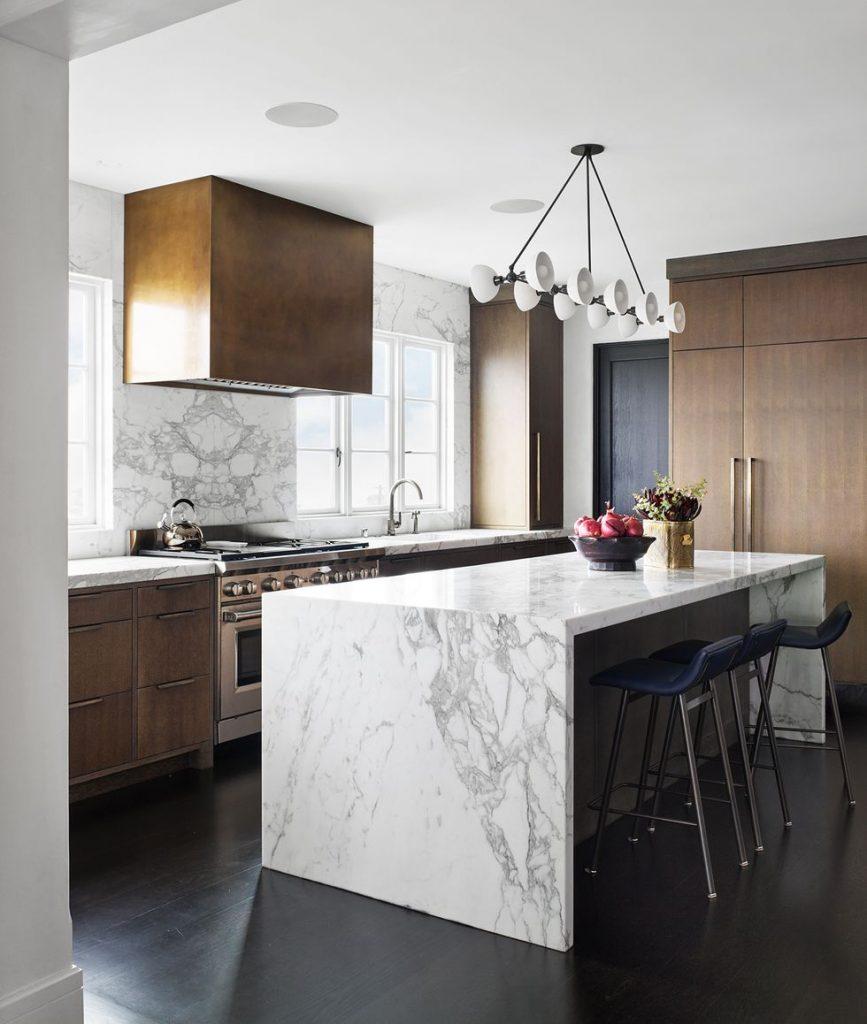 cucina arredata in stile americano con isola in marmo