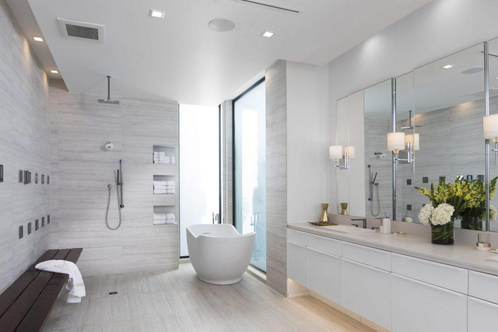 rubinetterie classiche tipiche dello stile inglese in bagno in stile americano