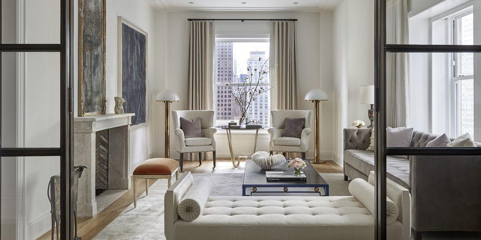 soggiorno in stile americano arredato con colori neutri